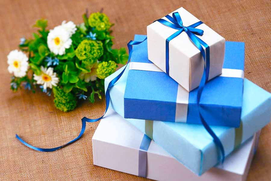 how much to spend on employee wedding gift